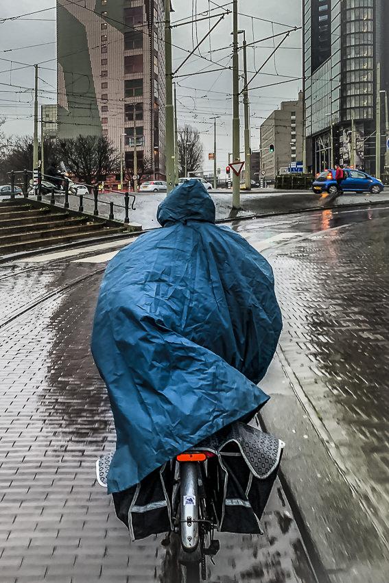 in de regen op de fiets