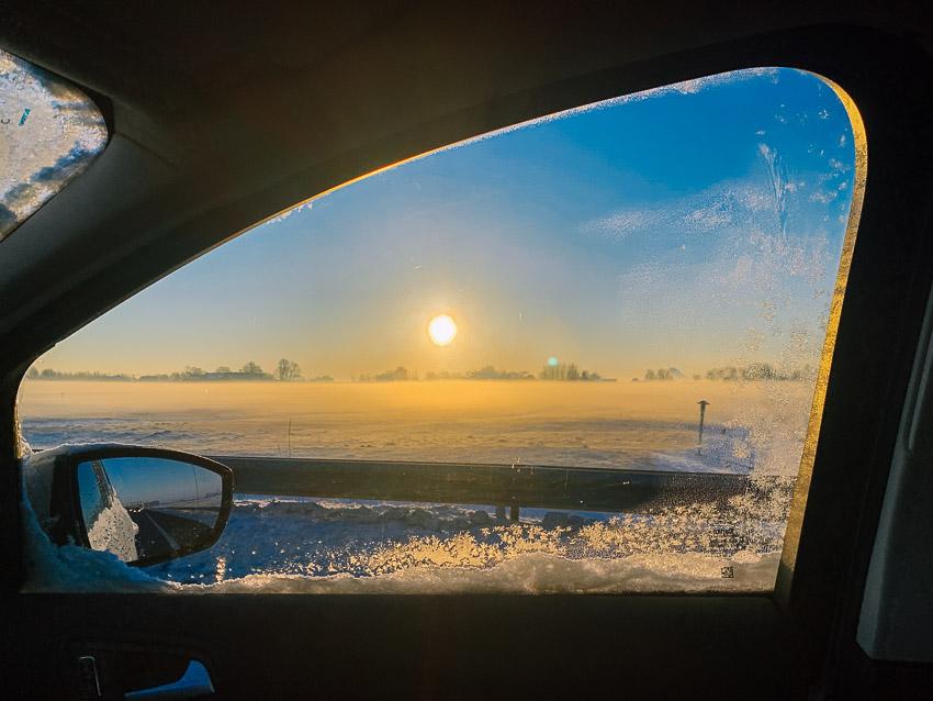 sneeuwlandschap vanuit de auto